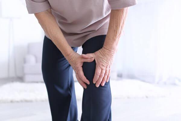 האם להחליף שני מפרקי ברכיים בניתוח אחד?