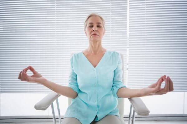 יוגה בישיבה וכאבי מפרקים